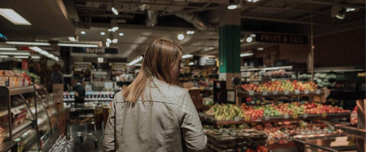 Une femme de dos dans un supermarché