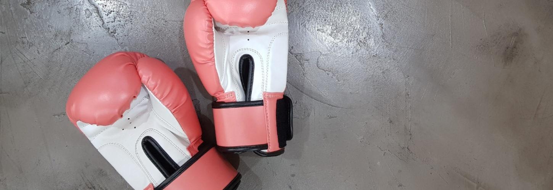 Des gants de boxe posés sur le sol