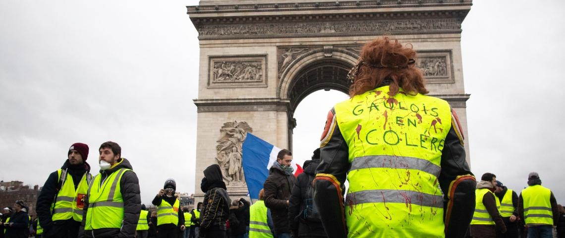 des manifestant en gilets jaunes devant l'arc de triomphe.