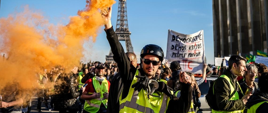 Une manifestation de gilets jaunes à Paris, avec de la fumée