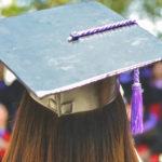Une femme de dos avec un chapeau de diplômée