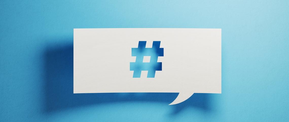 Un papier perforé avec un symbole de hashtag sur un fond bleu