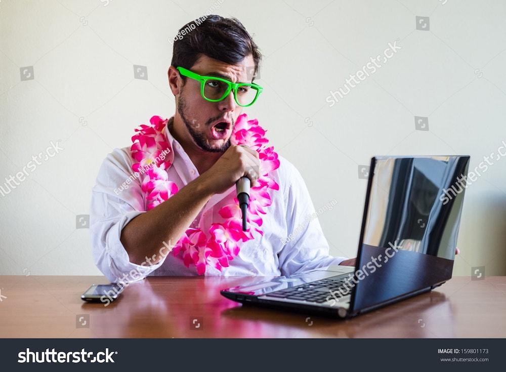 un homme fait du karaoke au bureau