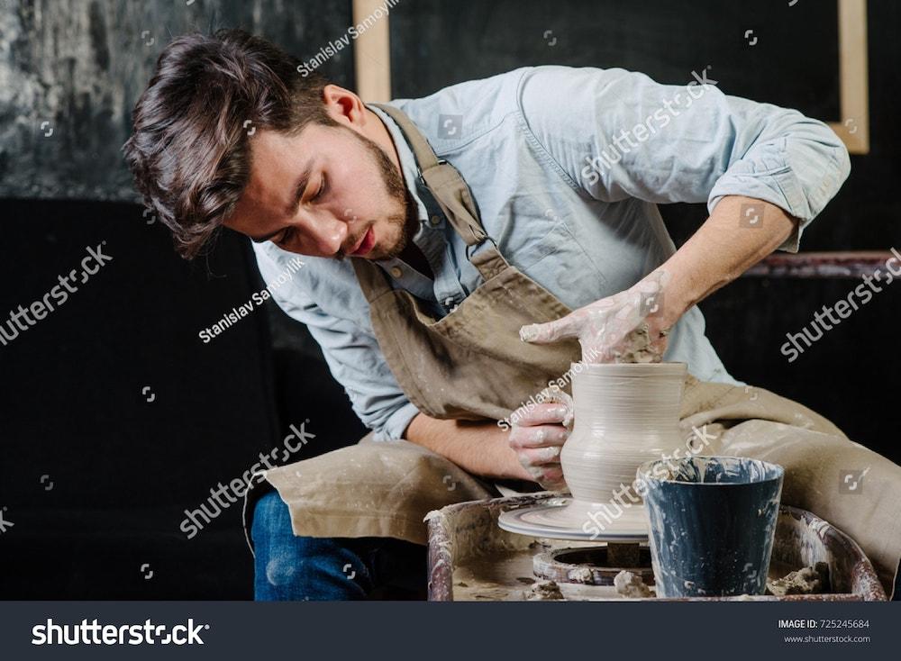 un homme fait de la poterie