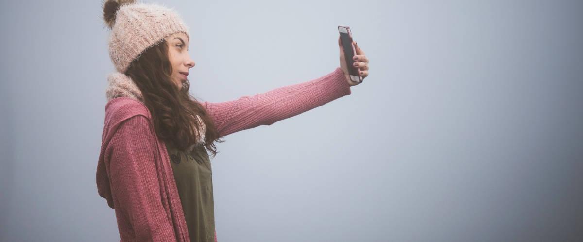 Une fille qui se prend en photo