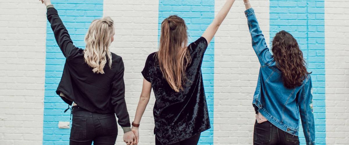 Des filles de dos qui se tiennent la main