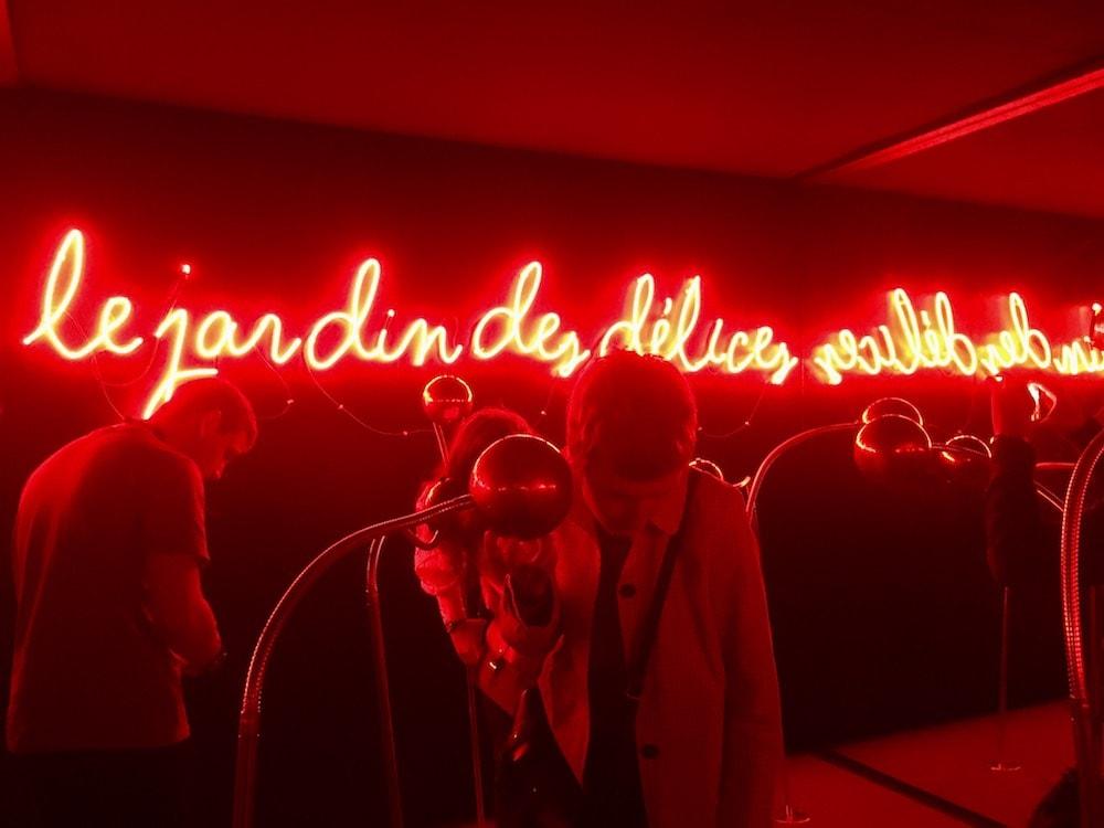chambre rouge avec des néons