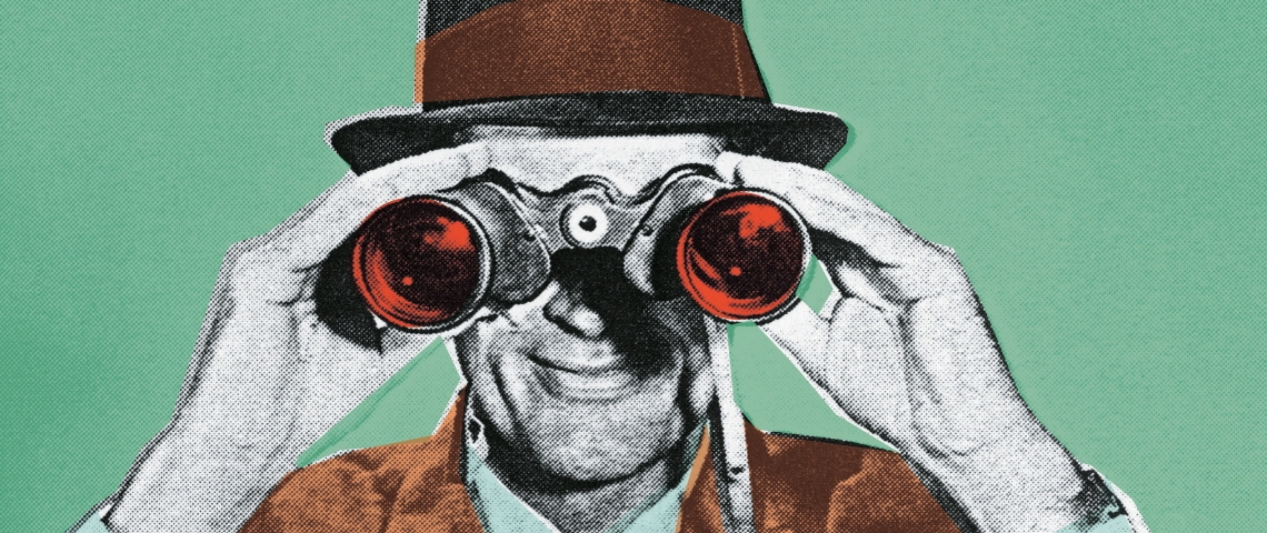 une image en noir et blanc d'un homme des années 50 qui regarde par des jumelles