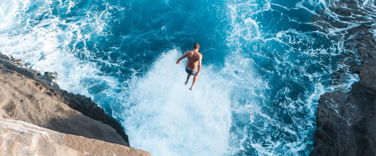 Homme sautant dans la mer