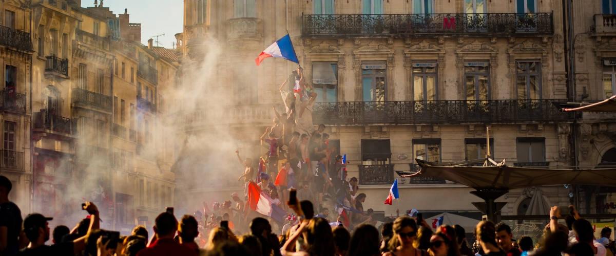une foule avec le drapeau de la France