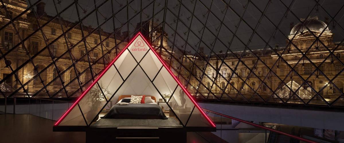 La Pyramide du Louvre avec un lit dedans