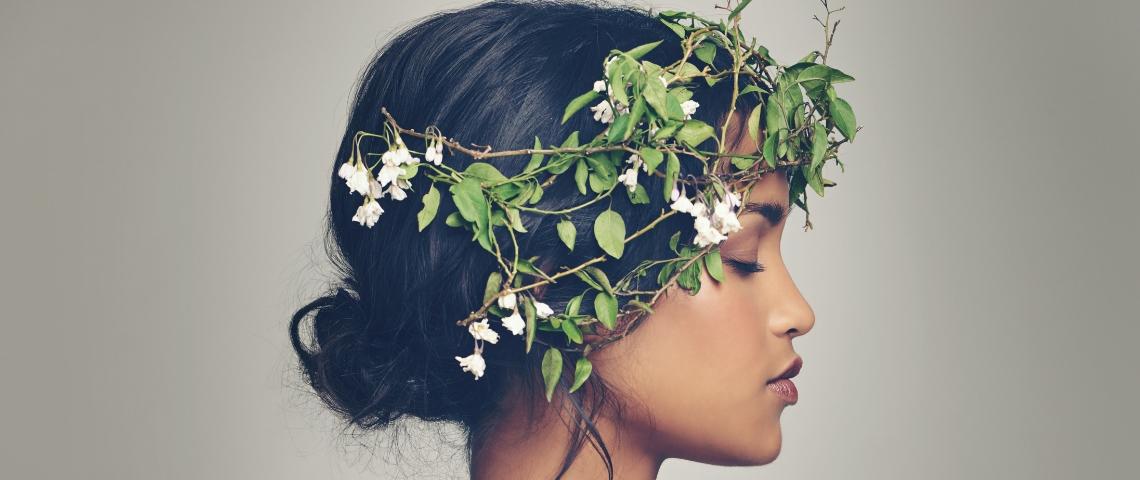 Une jeune femme avec une couronne végétale sur la tête