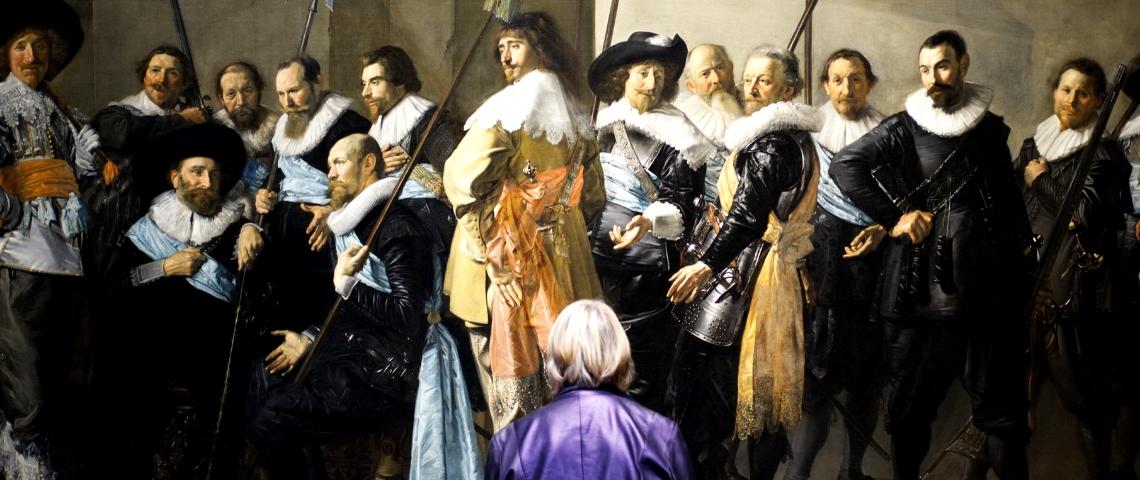 une vieille dame devant un tableau au musée