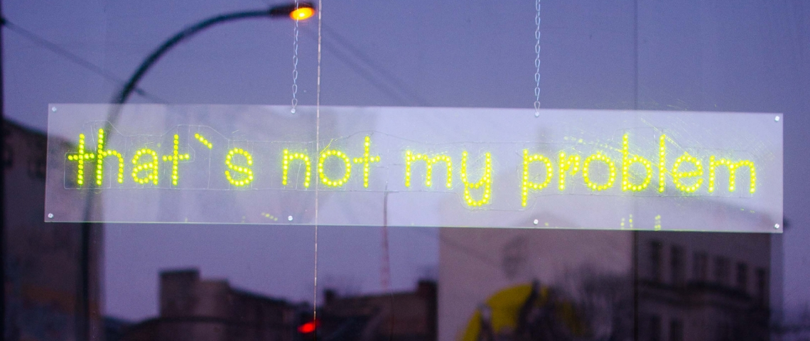 Un néon dans une vitrine qui dit  - that's not my problem -