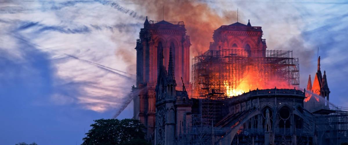 La cathédrale Notre-Dame à Paris en feu