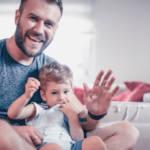 Un homme en train de jouer avec un bébé