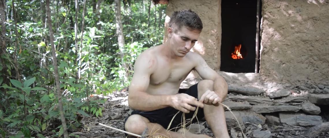un homme torse nu dans la nature
