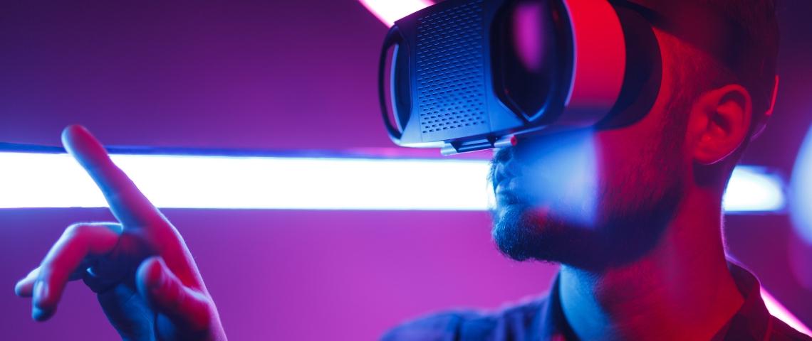 un homme avec un casque de realite virtuelle