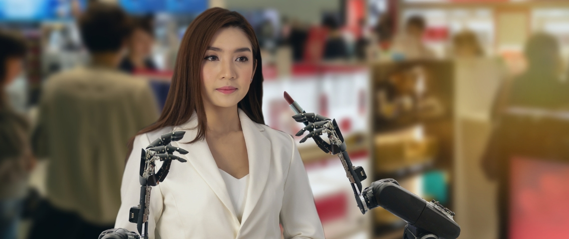 une femme asiatique se fait maquiller par un robot