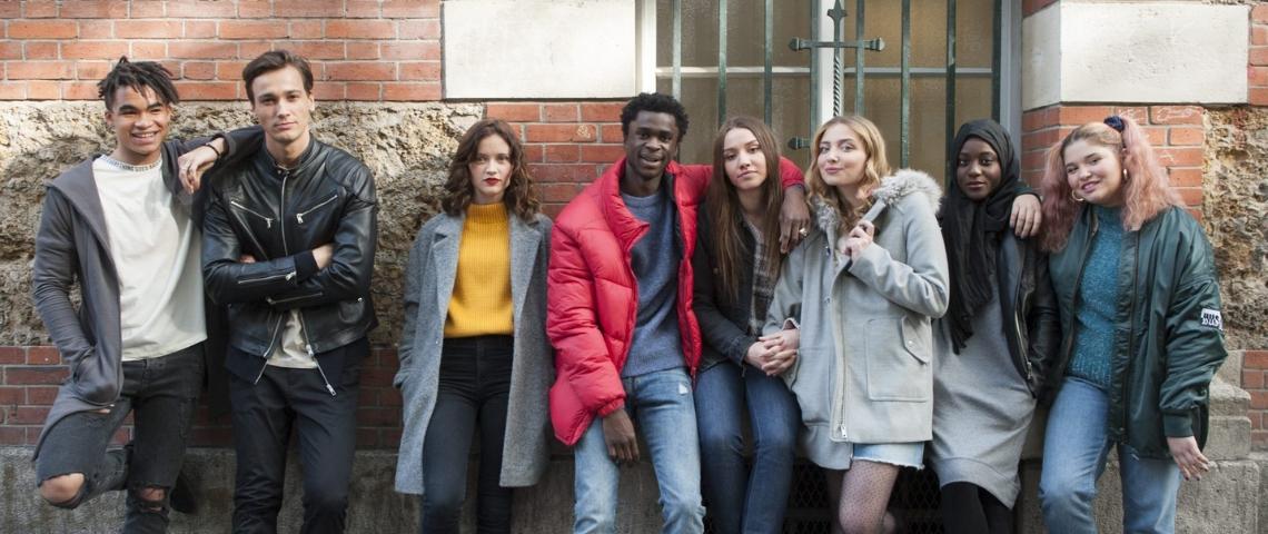 une bande de jeunes adossée contre un mur