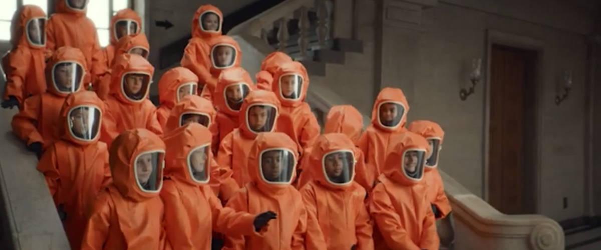 Un groupe d'enfant font une photo de groupe en combinaison dans un musée