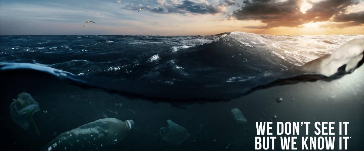 La mer avec des déchets plastiques dedans