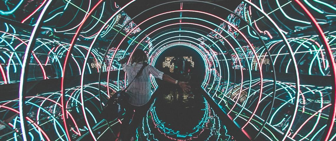 un homme dans un couloir lumineux