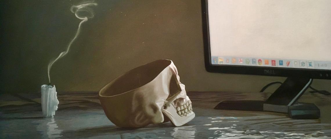 un crâne regarde un ordinateur