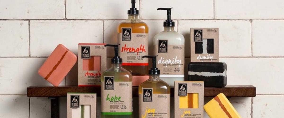 Différents produits, gel douche, savon dans une salle de bain