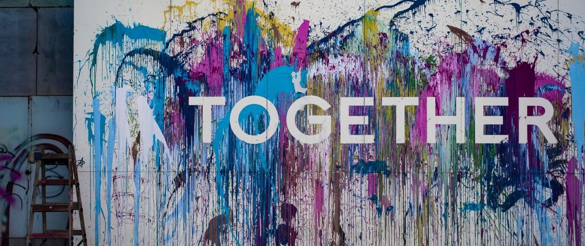 Un tag  - Together -  entouré de peinture