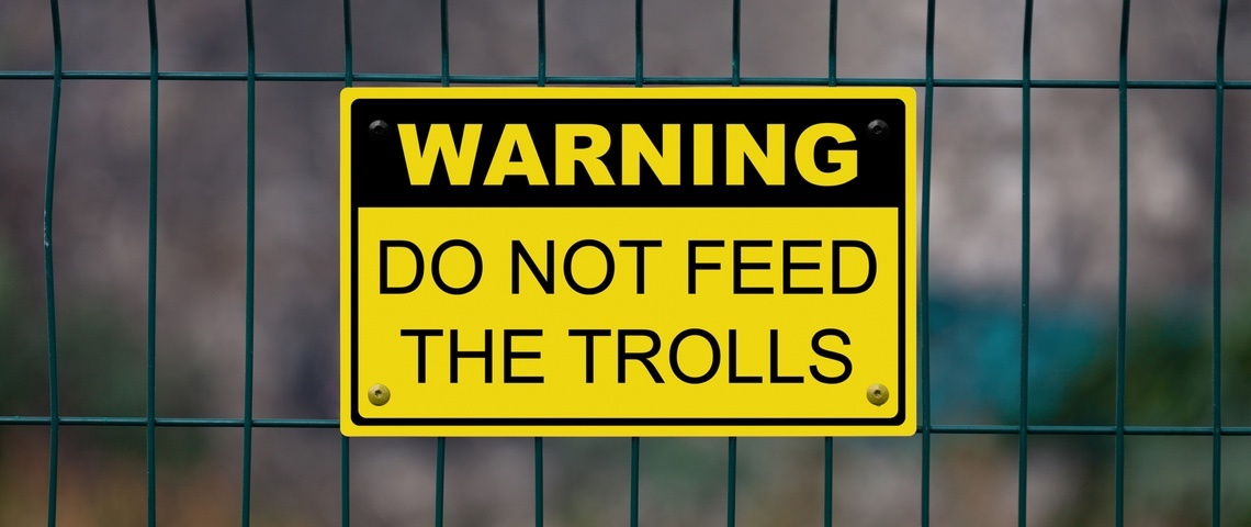 Pancarte indique  - Warning do not feed the trolls -