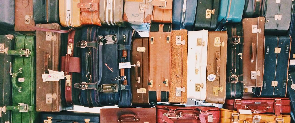 Des valises empilées