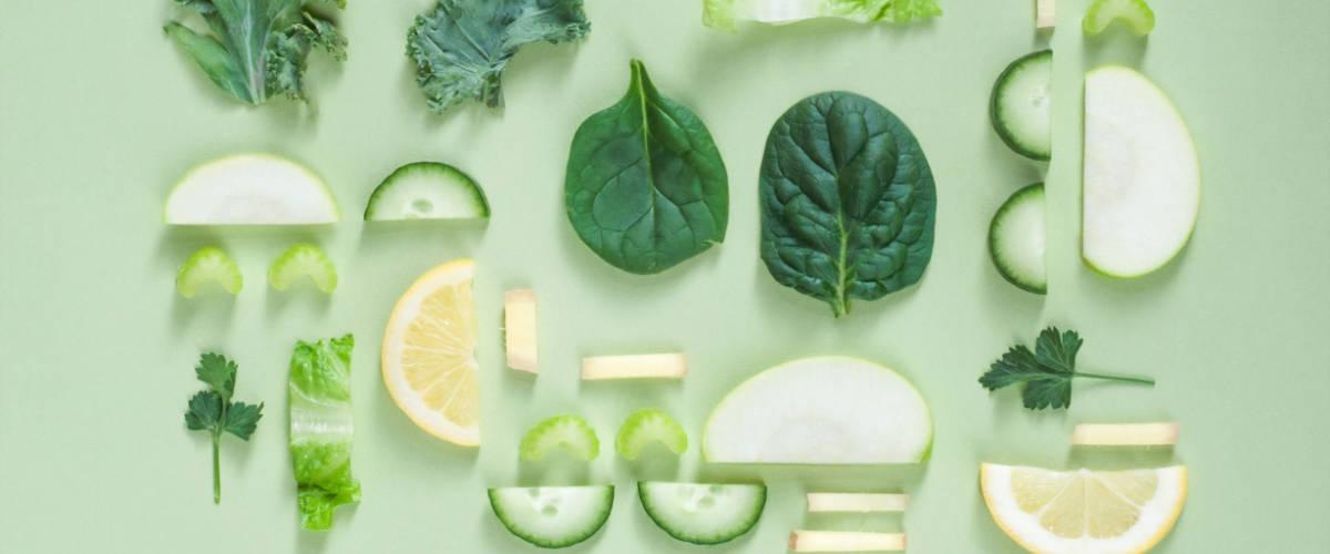 Des légumes verts sur un fond vert