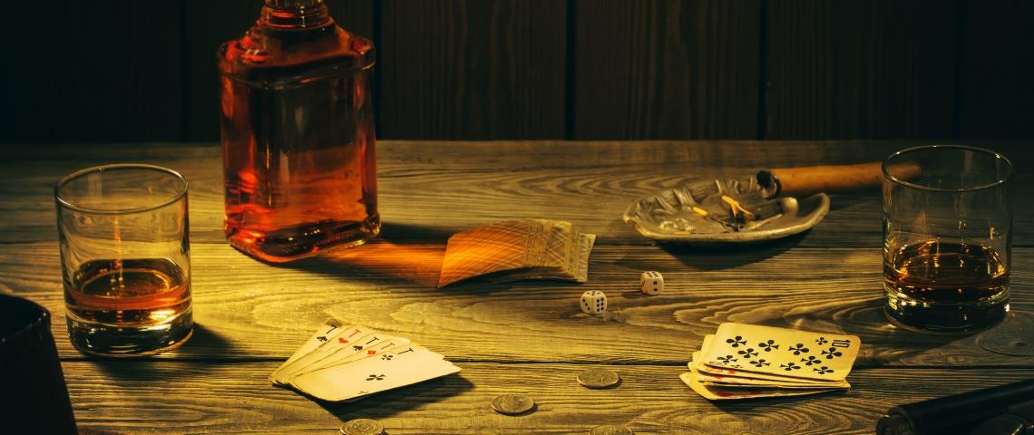 des cartes et du whisky sur une table