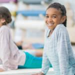 Des enfants qui font du yoga