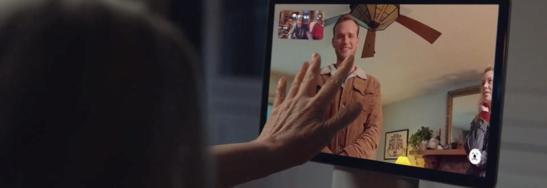 Une grand-mère discute avec son petit fils sur un écran connecté