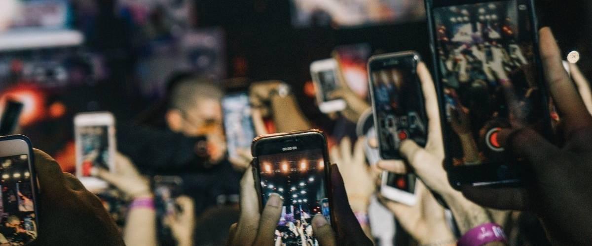 Une foule de téléphone film un concert.