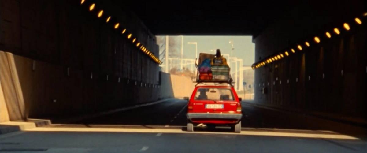 Une petite Volkswagen rouge dans un tunnel