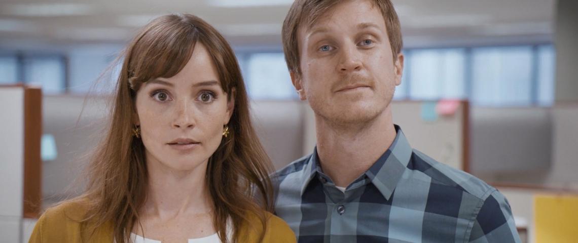 un homme et une femme face caméra