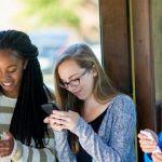 Des collégiens en groupe qui regardent leur portable