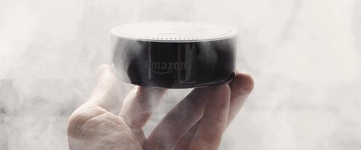 Une enceinte connectée  - Amazon Echo -  dans un nuage de fumer