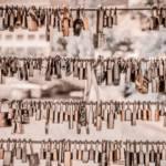 Une centaine de cadenas accrochés à un grillage