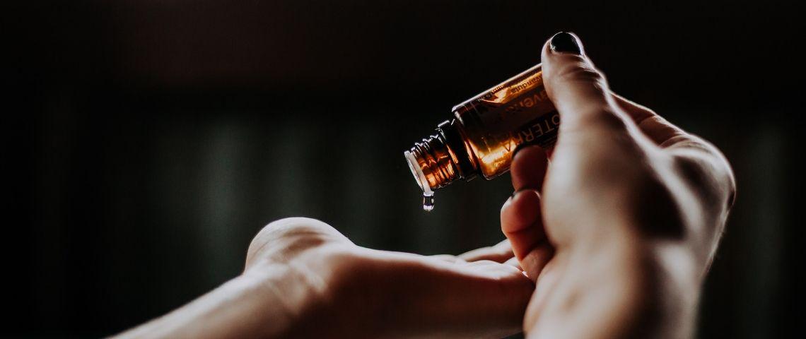 Une goutte d'huile essentielle dans la main