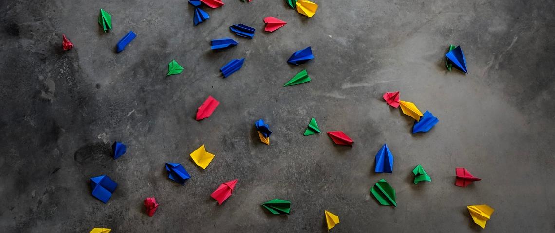 avions de papier multicolores