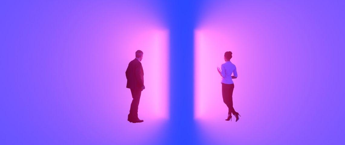 un homme et une femme traversent deux portes lumineuses violettes
