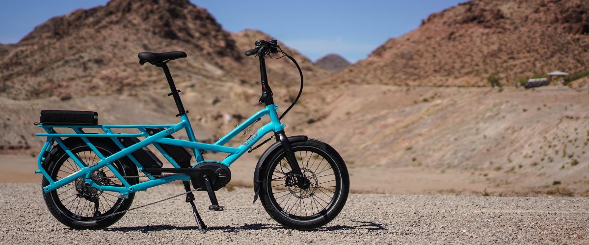Vélo électrique bleu, dans un désert