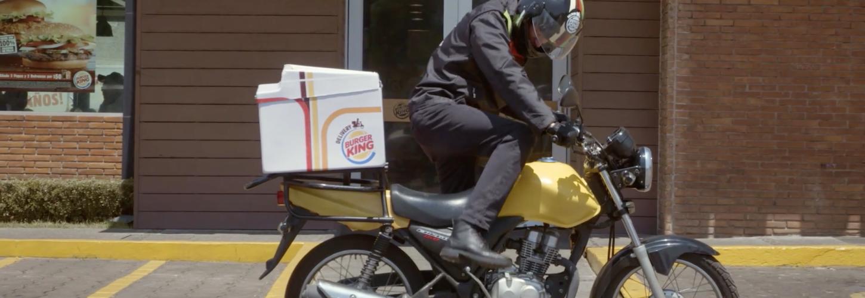 Un livreur Burger King monte sur sa moto
