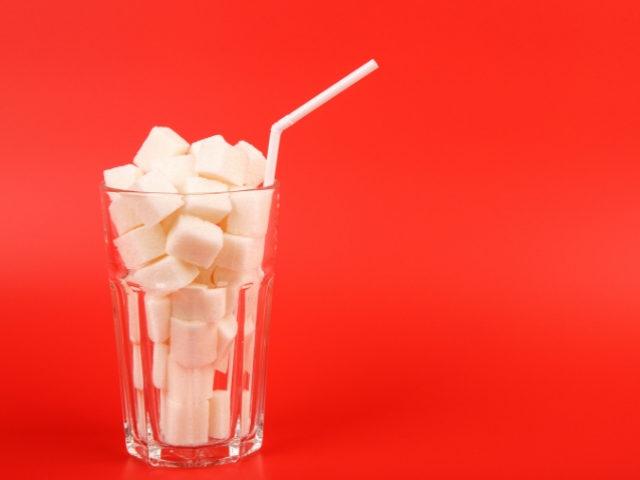 Un verre rempli de sucres en morceau
