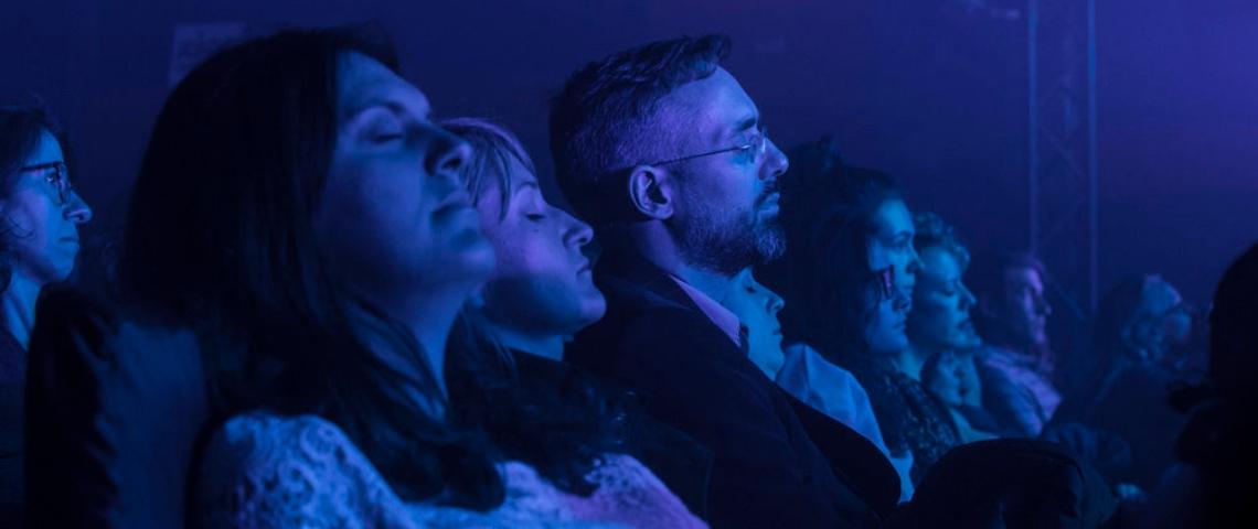 public d'un spectacle avec les yeux fermés