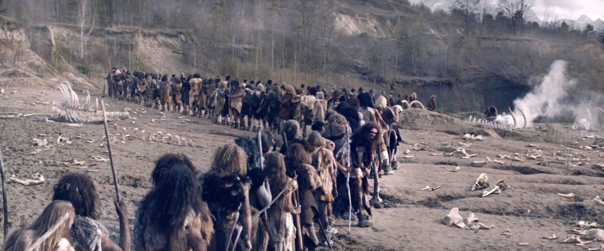 Des hommes préhistoriques font la queue